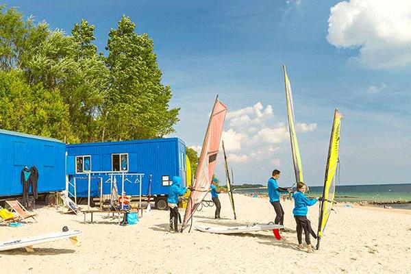 topcpdeutschekueste_0000_Ostseecamping-Familie-Heide----Windsurfen-am-Strand-vom-Campingplatz.png