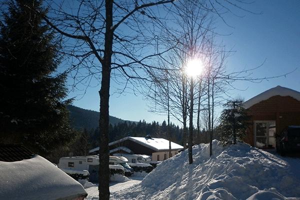 WiCa_Frankreich_0004_Camping-Belle-Hutte-Sanitaeranlagen-auf-dem-Campinggelaende.png