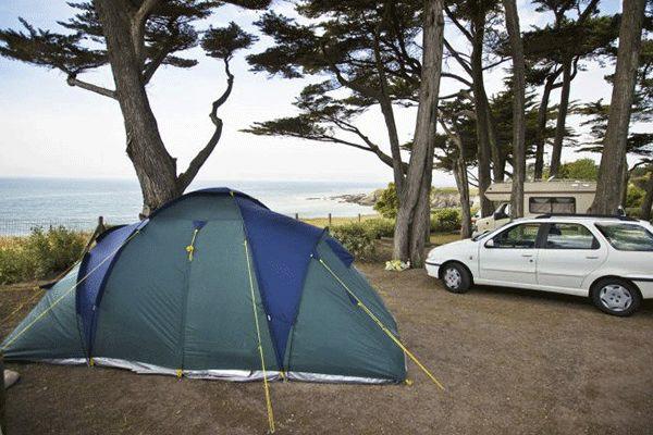 fr_coastcp_mag2020_0001_Camping-El-ovic----Stellplaetzez-wischen-Baeumen-mit-Blick-aufs-Wasser.png
