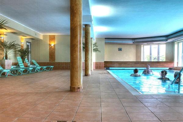 _0008_Ostseecamping-Ferienpark-Zierow---Indorr-Swimmingpool-mit-Liegen.png