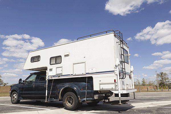 pick-up-camper-auf-einem-parkplatz.png
