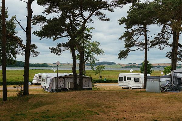 topcpdeutschekueste_0004_Campingplatz-Thiessow-----Stellplatz-vom-Campingplatz-mit-Blick-auf-die-Ostsee.png