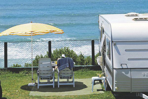 fr_coastcp_mag2020_0009_Camping-Le-Pavillon-Royal-----Camper-auf-dem-Stellplatz-vom-Campingplatz-am-Atlantischen-Ozean.png