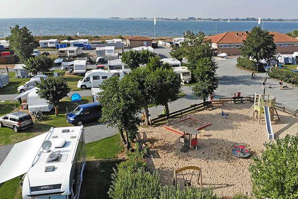topcpdeutschekueste_0008_Camping-Miramar-----Wohnwagen--und-Zeltstellplatz-vom-Campingplatz-mit-blick-auf-das-Meer.png