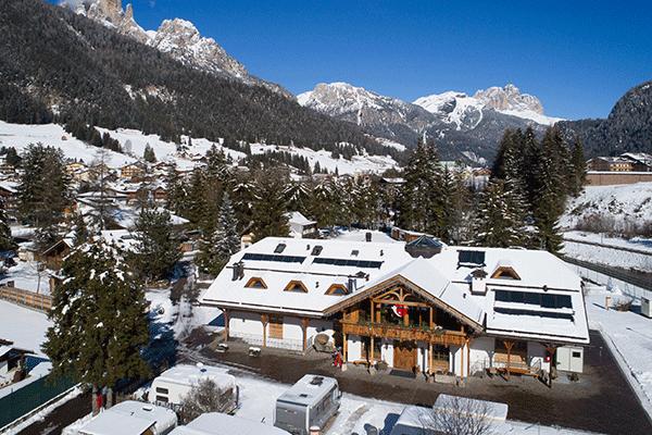 WintercampingItalien_0005_Camping-Catinaccio-Rosengarten---Das-Sanitaergebaeude-des-Campingplatzes-im-Winter-mit-den-Ber.png