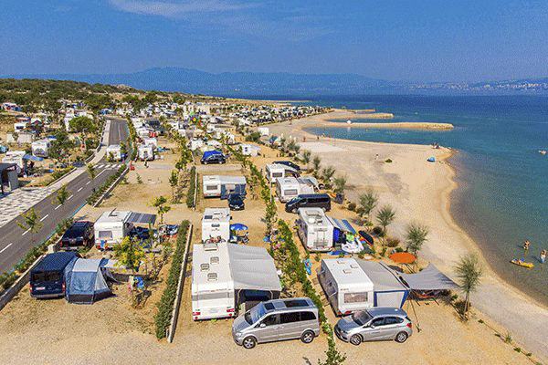 topcpkroatien_0005_Camping-Omi-alj-----Wohnwagen--und-Zeltstellplatz-vom-Campingplatz-am-Mittelmeer-aus-der-Vogelperspek.png