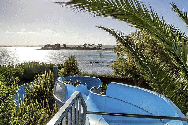 fr_coastcp_mag2020_0004_Camping-Ar-Kleguer-----Wasserrutsche-vom-Campingplatz-mit-Blick-auf-den-Atlantik.png