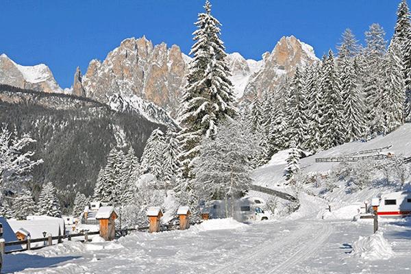 WintercampingItalien_0007_Vidor-Family-Wellness-Resort-Winterliche-Ansicht-des-Campingplatzes.png
