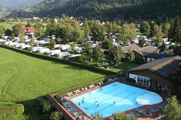 _0001_Camping-Muenstertal-----Luftaufnahme-vom-Campingplatz-mit-Pool.png