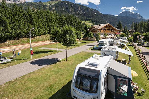 WintercampingItalien_0004_Camping-Miravalle---Wohnmobil--und--Wohnwagenstellplaetze-auf-der-Wiese-auf-dem-Campingplatz.png