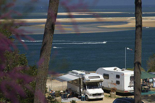 fr_coastcp_mag2020_0006_Camping-Panorama-du-Pyla----Blick-auf-den-Wohnwagen--und-Zeltstellplatz-vom-Campingplatz-mit-dir.png