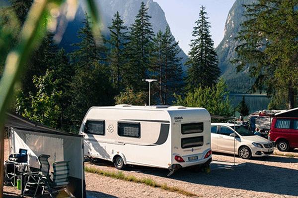 WintercampingItalien_0001_Camping-Toblacher-See-Wohnmobil-und-Wohnwagenstellplaetze-umringt-von-Wald.png
