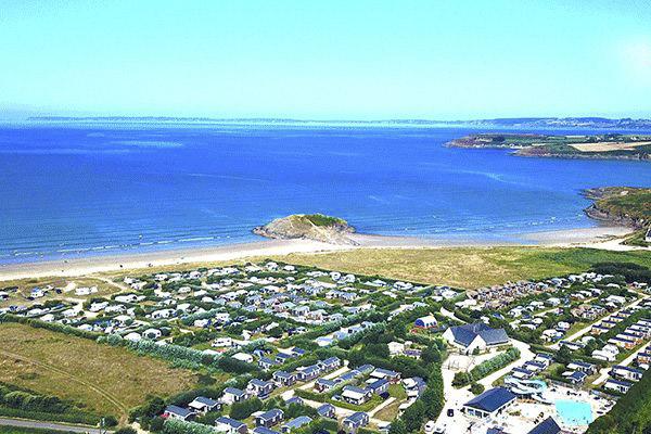 fr_coastcp_mag2020_0000_Camping-La-Plage-de-Treguer---Luftaufnahme-auf-den-Campingplatz-und-die-Keltische-See.png