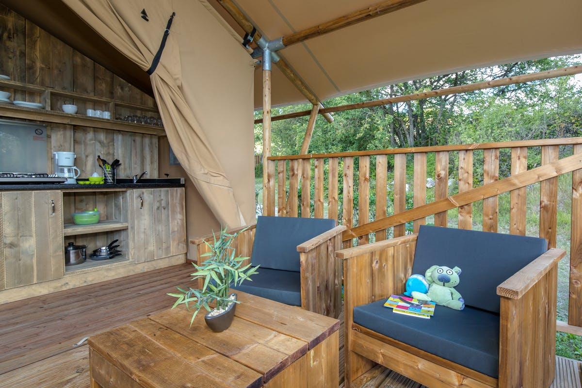 Ciela-Village---Camping-International----Sitzgruppe-auf-der-Veranda-vom-Mobilheim-auf-dem-Campingplatz.jpg