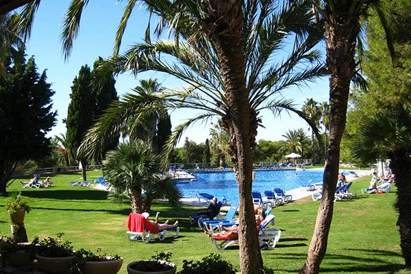 umweltfreundlicheCP_spanien_0001_Camping-Vilanova-Park-----Pool-vom-Campingplatz-mit-Liegestuehlen-in-der-Sonne-auf-grue.png
