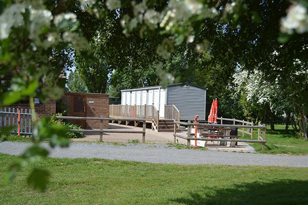 mag2020_0000_Priory-Hill-Holiday-Park----Picknicktisch-am-Sanitaergebaeude-vom-Campingplatz.png