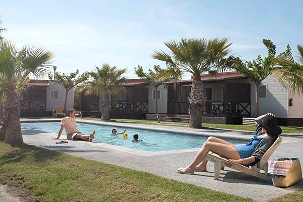 umweltfreundlicheCP_spanien_0007_Camping-La-Ballena-Alegre----Camper-am-Pool-vom-Campingplatz.png