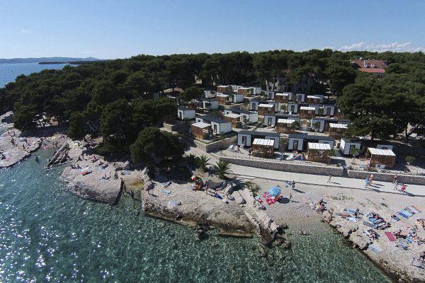 topcpkroatien_0006_Camping-Kozarica---Luftaufnahme-auf-den-Campingplatz-und-den-Strand-des-Mittelmeers.png