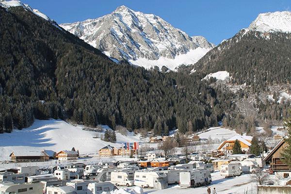 WintercampingItalien_0006_Camping-Antholz----bersicht-auf-das-gesamte-Campingplatz-Gelaende--im-schnee-mit-Blick-auf-die.png