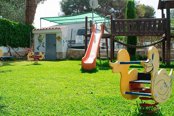 umweltfreundlicheCP_spanien_0009_Camping-Arena-Blanca---Kinderspielplatz-des-Campingplatzes-mit-Rutsche--Wippen-und-Klet.png