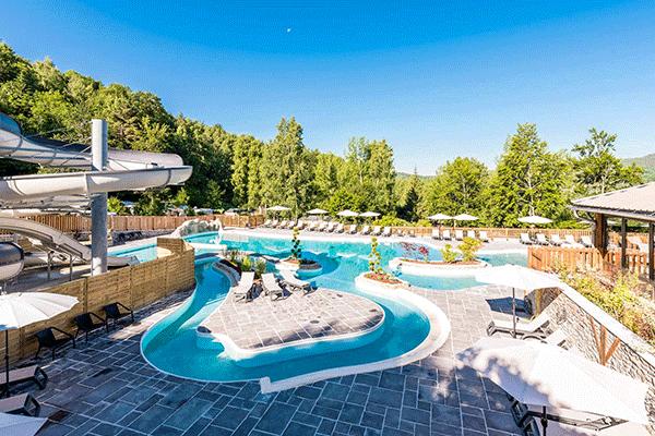 WiCa_Frankreich_0005_Yelloh--Village-L--toile-des-Neiges-----Pool-vom-Campingplatz-mit-Sonnenschirmen-und-Liegestuehlen-.png