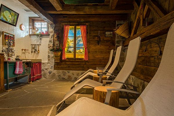 _0002_Camping-Catinaccio-Rosengarten---Liegen-zum-Entspannen-im-Sanitaergebaeude.png