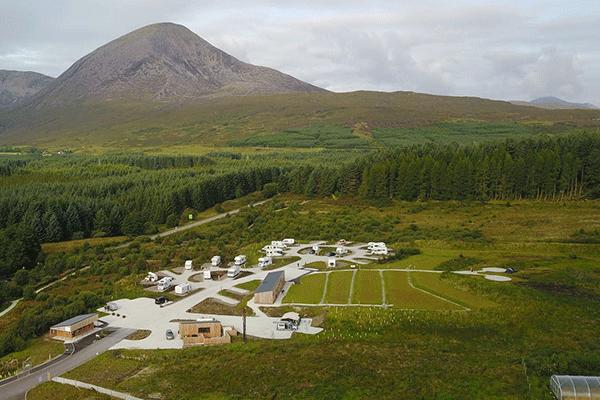 inselskye_Mag2020_0000_Camping-Skye-----Campingplatz-an-einem-Berg-in-Schottland-aus-der-Vogelperspektive.png