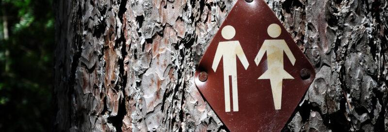 Ein Baum mit Toilettenzeichen in der Nähe vom Campingplatz