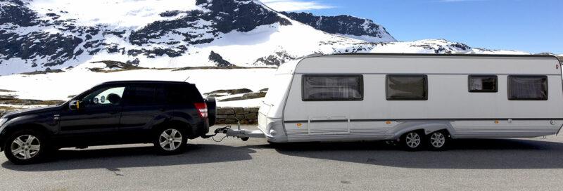Wohnwagengespann mit Abreisseil auf dem Alpenpass