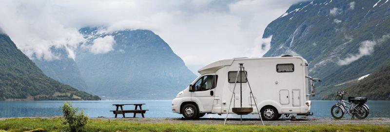 Wohnmobil steht auf Landzunge im Fjord