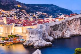 An der Adria in Dalmatien: Klares Wasser und blauer Himmel