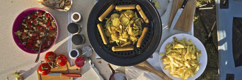 Zubereitetes Abendessen auf Campingtisch