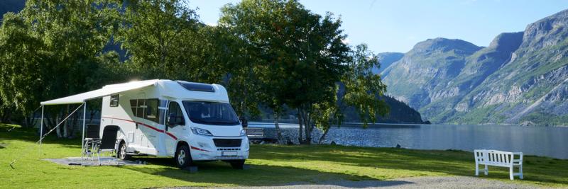 Wohnmobil auf einem Campingplatz am Bergsee