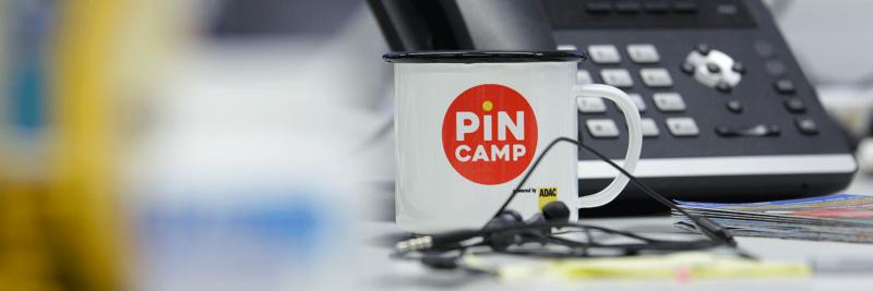 Camping Tasse mit PiNCAMP Aufdruck im PiNCAMP-Büro