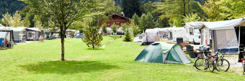 Überblick über einen Campingplatz im Gebirge