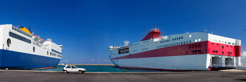 Autofähren an einem Dock