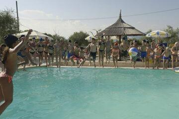 Kinder am Pool vom Campingplatz auf Camping Villaggio Cerquestra