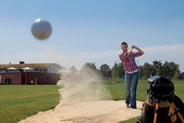 Ein Golfer auf dem Campingplatz Marveld Recreatie
