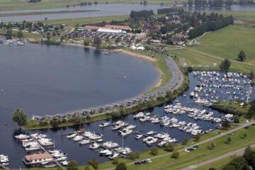 Luftaufnahme vom Vakantiepark Eiland van Maurik mitsamt Booten