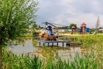Ein Hubschrauber auf dem Campingplatz Ardoer Vakantiepark `t Akertien.
