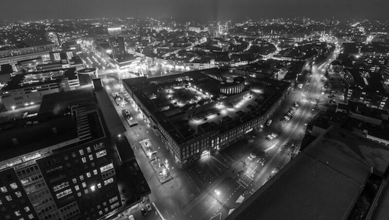 Luftaufnahme von Enschede bei Nacht.