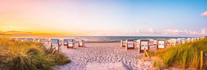 Ostseestrand mit Strandkörben bei Sonnenuntergang