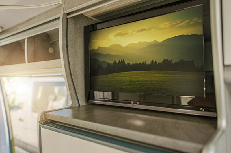 Eingebauter Fernseher in einem Campervan
