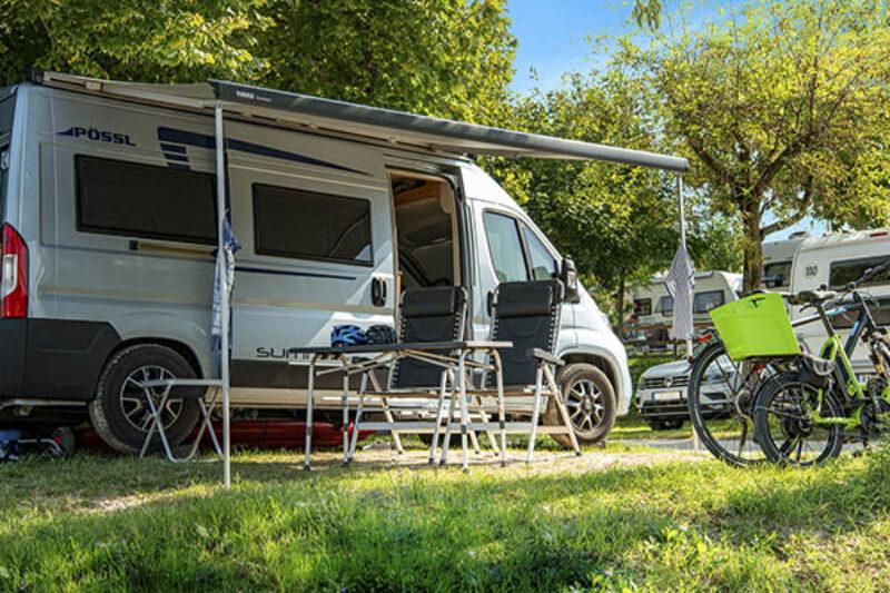 Camping Van auf grünem Stellplatz