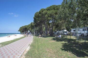 Campin Bi Village mit Blick auf den Strand
