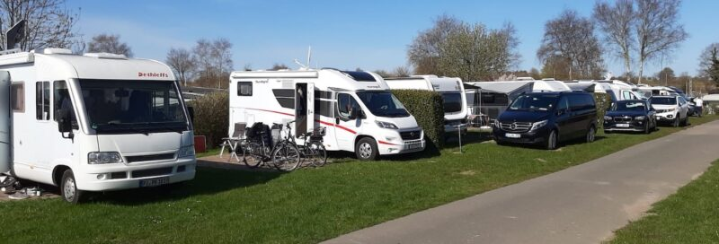 Wohnmobile auf ihren Parzellen bei Ostseecamping Familie Heide