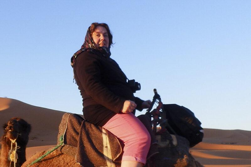 Angelique Joosten beim Kamelreiten