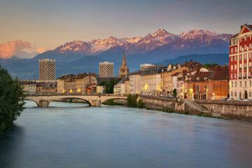Blick über Grenoble mit den Alpen im Hintergrund