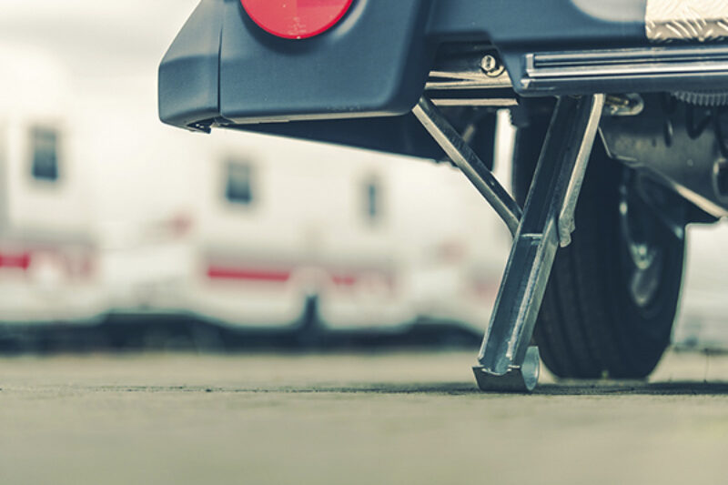 Ausgefahrene Stütze bei einem Wohnwagen