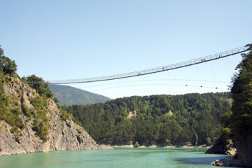 Hängebrücke über dem Lac de Montrynard